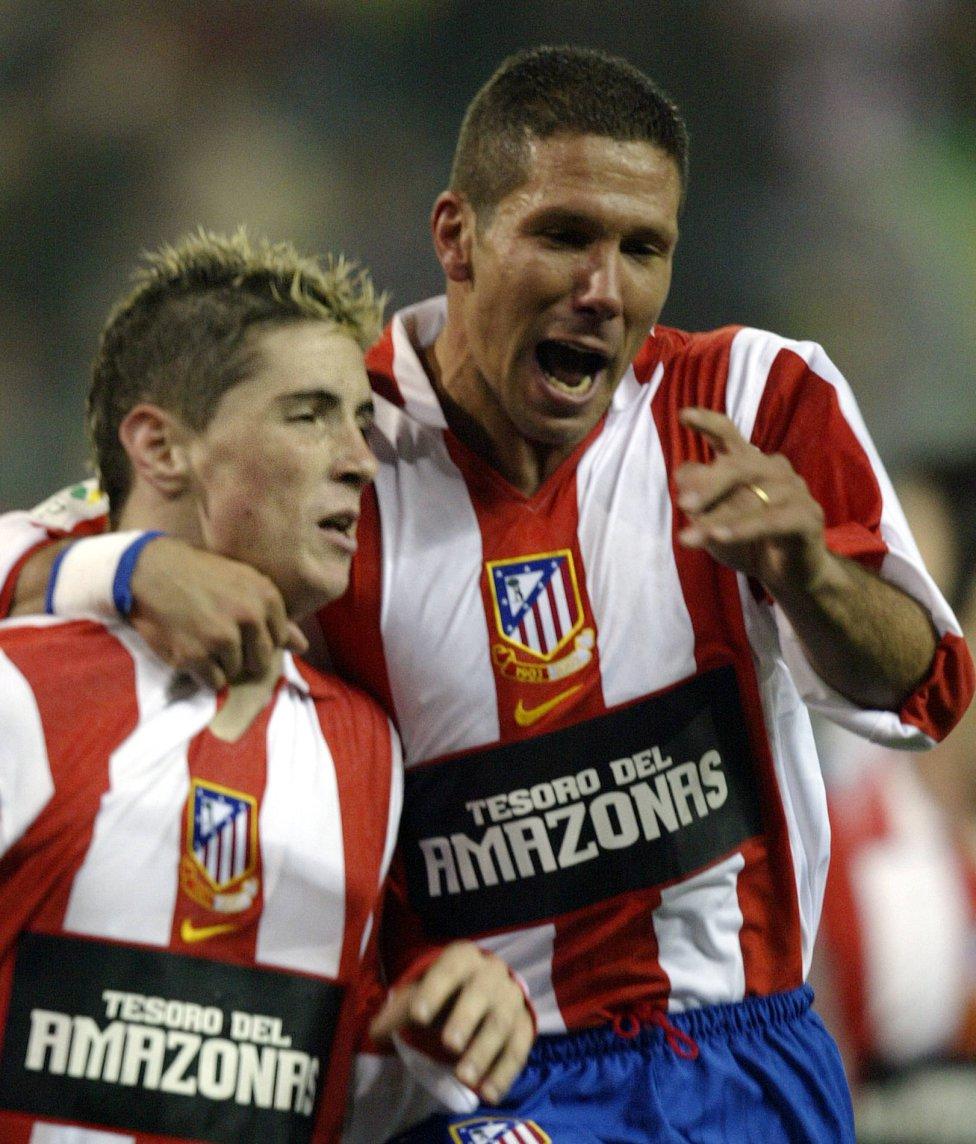 Torres celebra con el resto de jugadores el ascenso a
