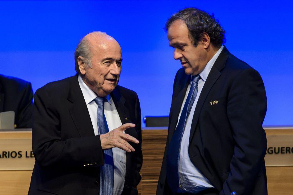 Blatter pagó 1,8 millones de euros a Platini y son investigados por la FIFA