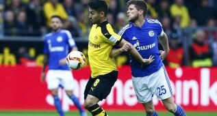 Borussia Dortmund's Ilkay Guendogan (L) challenges Schalke 04's Klaas-Jan Huntelaar during their German first division, Bundesliga soccer match in Dortmund, Germany November 8, 2015.  REUTERS/Ralph Orlowski DFL RULES TO LIMIT THE ONLINE USAGE DURING MATCH TIME TO 15 PICTURES PER GAME. IMAGE SEQUENCES TO SIMULATE VIDEO IS NOT ALLOWED AT ANY TIME. FOR FURTHER QUERIES PLEASE CONTACT DFL DIRECTLY AT + 49 69 650050.