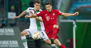 DUS801. Moenchengladbach (Germany), 05/12/2015.- Moenchengladbach's Andreas Christensen (l) and Munich's Robert Lewandowski compete for the ball during the German Bundesliga football match between Borussia Moenchengladbach and Bayern Munich at the Borussia Park in Moenchengladbach, Germany, 5 December 2015. 