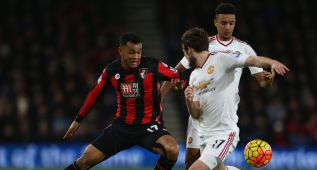 BOURNEMOUTH, ENGLAND - DECEMBER 12: Joshua King of Bournemouth and Daley Blind of Manchester United compete for the ball during the Barclays Premier League match between A.F.C. Bournemouth and Manchester United at Vitality Stadium on December 12, 2015 in Bournemouth, United Kingdom.  (Photo by Steve Bardens/Getty Images)
