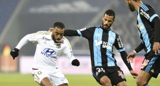 Lyon's French forward Alexandre Lacazette (L) and Marseille's French-Togolese midfielder Jacques-Alaixys Romao (C)  during the French L1 football match Olympique Lyonnais (OL) vs Olympique de Marseille (OM) on January 24, 2016, at the Parc Olympique Lyonnais stadium in Decines-Charpieu, central-eastern France.