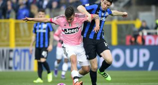 Atalanta's Dutch midfielder Marten de Roon (R) vies for the ball with Juventus' Argentinian forward Paulo Dybala during the Italian Serie A football match between Atalanta and Juventus on March 6, 2016 at the Azzuri Stadium in Bergamo.  / AFP / OLIVIER MORIN