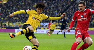 Football Soccer - Borussia Dortmund v FSV Mainz 05 - German Bundesliga - Signal Iduna Park , Dortmund, 13/03/16. Shinji Kagawa (L) of Borussia Dortmund in action with Stefan Bell of FSV Mainz 05. REUTERS/Ina Fassbender   DFL RULES TO LIMIT THE ONLINE USAGE DURING MATCH TIME TO 15 PICTURES PER GAME. IMAGE SEQUENCES TO SIMULATE VIDEO IS NOT ALLOWED AT ANY TIME. FOR FURTHER QUERIES PLEASE CONTACT DFL DIRECTLY AT + 49 69 650050