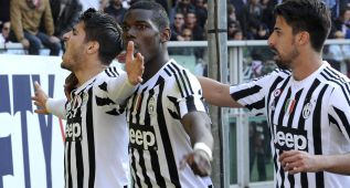 Football Soccer - Torino v Juventus - Italian Serie A - Olympic Stadium, Turin, Italy - 20/03/16  Juventus' Alvaro Morata (L) celebrates with his teammates Paul Lamine Pogba and Sami Khedira after scoring the third goal. REUTERS/Giorgio Perottino