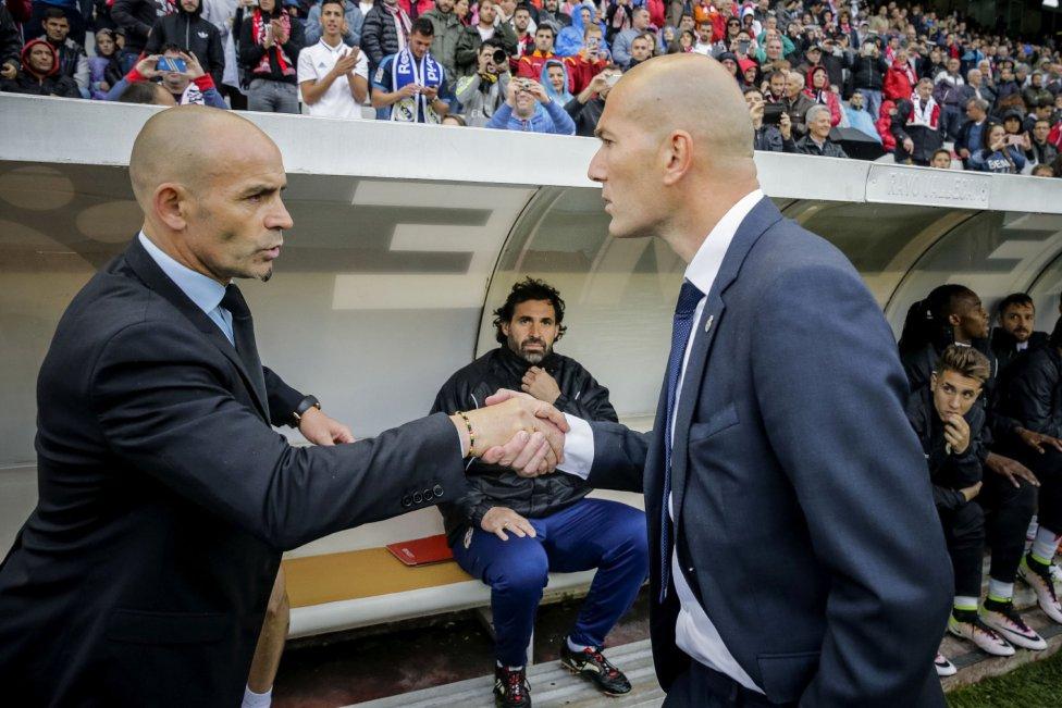 Zinedine Zidane saluda al entrenador del Rayo Vallecano Paco Jémez.