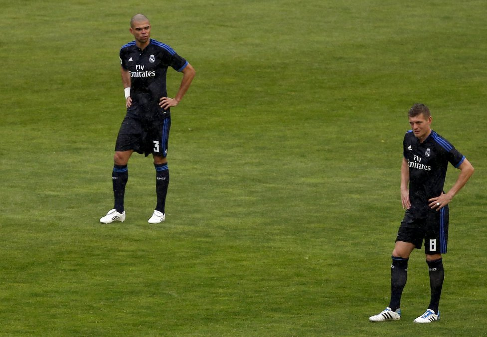 Pepe y Toni Kroos tras encajar el primer gol del Rayo Vallecano.