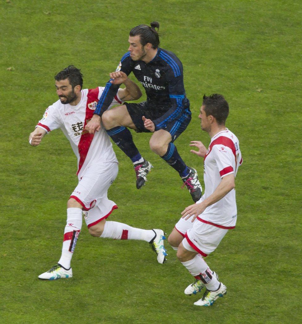 Bale entre dos jugadores del Rayo Vallecano.