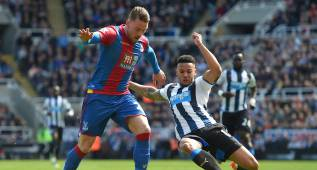 NEWCASTLE UPON TYNE, UNITED KINGDOM - APRIL 30:  Connor Wickham of Crystal Palace and Jamaal Lascelles of Newcastle United compete for the ball during the Barclays Premier League match between Newcastle United and Crystal Palace at St James' Park on April 30, 2016 in Newcastle upon Tyne, England.  (Photo by Michael Regan/Getty Images)