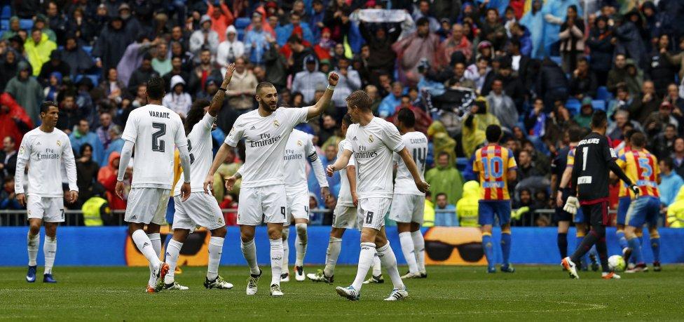 Benzema marca el segundo del Real Madrid con polémica. Al primer remate de Karim Benzema, el delantero estaba en fuera de juego, pero en la segunda jugada recibe la pelota de un jugador del Valencia. Fernández Borbalán finalmente dio el gol por válido.