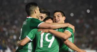 Mexico's Oribe Peralta (C) celebrates with teammates after scoring against Jamaica during their Copa America Centenario football tournament match in Pasadena, California, United States, on June 9, 2016. / AFP PHOTO / Mark Ralston