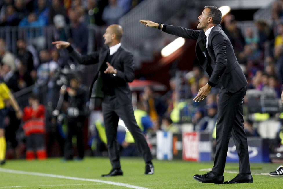 El entrenador del Manchester City, Pep Guardiola, y el del FC Barcelona, Luis Enrique, durante el partido de la tercera jornada de la fase de grupos de la Liga de Campeones que se juega hoy en el Camp Nou.