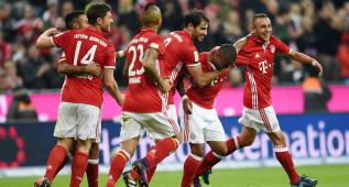 MUN724. Munich (Germany), 22/10/2016.- Bayern's Douglas Costa (2-R) celebrates his 2-0 goal with team-mates during the Bundesliga soccer match between Bayern Munich and Borussia Moenchengladbach at the Allianz Arena in Munich, Germany, 22 October 2016. (Alemania) EFE/EPA/Tobias Hase (EMBARGO CONDITIONS - ATTENTION: Due to the accreditation guidlines, the DFL only permits the publication and utilisation of up to 15 pictures per match on the internet and in online media during the match.)