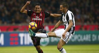 AC Milan's Colombian forward Carlos Bacca (L) vies with Juventus' defender Leonardo Bonucci during the Italian Serie A football match AC Milan versus Juventus on October 22, 2016 at the San Siro Stadium in Milan.  / AFP PHOTO / MARCO BERTORELLO