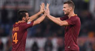 Football Soccer - AS Roma v Palermo - Italian Serie A - Olympic Stadium, Rome, Italy - 23/10/2016. AS Roma's Edin Dzeko (R) celebrates with his team mate Alessandro Florenzi after scoring against Palermo. REUTERS/Alberto Lingria FOR EDITORIAL USE ONLY. NO RESALES. NO ARCHIVES.