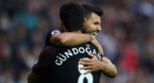 WEST BROMWICH, ENGLAND - OCTOBER 29:  Sergio Aguero of Manchester City (R) celebrates scoring his sides second goal with Ilkay Gundogan of Manchester City (L) during the Premier League match between West Bromwich Albion and Manchester City at The Hawthorns on October 29, 2016 in West Bromwich, England.  (Photo by Laurence Griffiths/Getty Images)