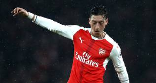 LONDON, ENGLAND - DECEMBER 10: Mesut Ozil of Arsenal in action during the Premier League match between Arsenal and Stoke City at the Emirates Stadium on December 10, 2016 in London, England.  (Photo by Julian Finney/Getty Images)