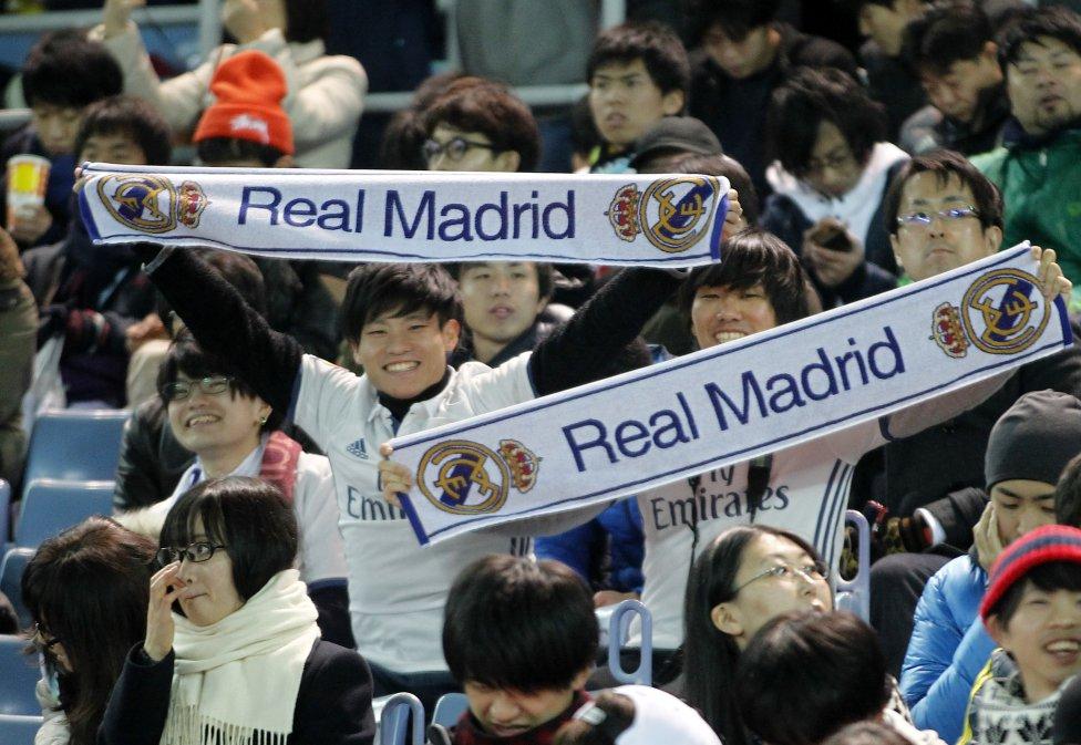 La afición espera el inicio de la final del Mundial de clubes en el Estadio Internacional Yokohama.
