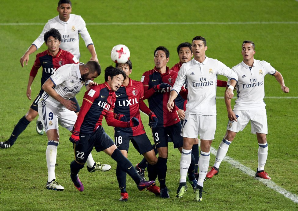 Benzema intenta rematar ante varios contrarios.