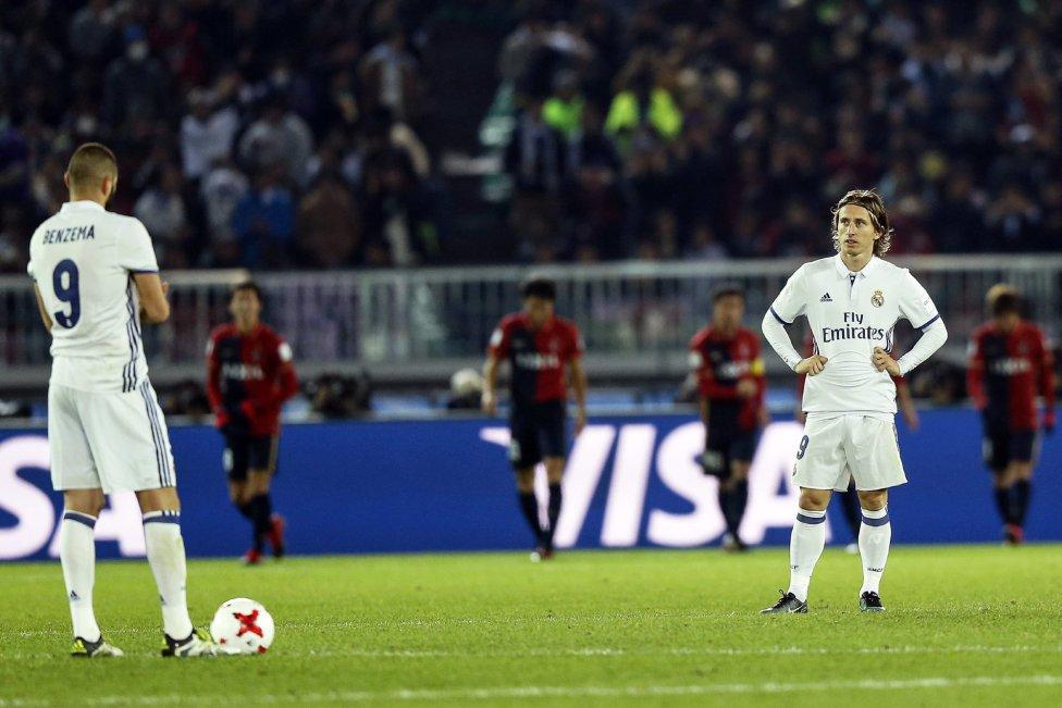 Benzema y Luka Modric tras el 1-2.