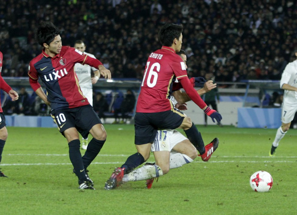 Penalti a favor del Real Madrid. Yamamoto derriba a Lucas Vázquez.