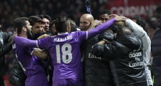 Los jugadores del Real Madrid celebraron así el gol de Asensio con Zidane.