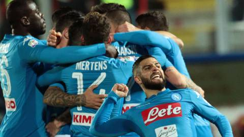 Napoli's Slovakian midfielder Marek Hamsik (R) celebrates with teammates after scoring a goal during the Italian Serie A football match FC Crotone versus SSC Napoli on December 29, 2017 at the Ezio Scida Stadium in Crotone. / AFP PHOTO / CARLO HERMANN