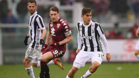 Juventus' Argentinian forward Paulo Dybala (R) controls the ball during the Italian Serie A football match Torino Vs Juventus on February 18, 2018 at the Stadio Grande Torino stadium in Turin. / AFP PHOTO / MARCO BERTORELLO