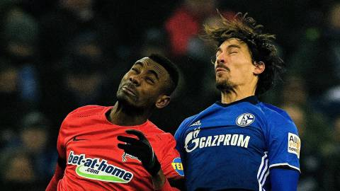Schalke's French midfielder Benjamin Stambouli and Berlin's midfielder Salomon Kalou vie for the ball during the German first division Bundesliga football match Schalke 04 vs Hertha Berlin in Gelsenkirchen, western Germany, on March 3, 2018. / AFP PHOTO / SASCHA SCHUERMANN / RESTRICTIONS: DURING MATCH TIME: DFL RULES TO LIMIT THE ONLINE USAGE TO 15 PICTURES PER MATCH AND FORBID IMAGE SEQUENCES TO SIMULATE VIDEO. == RESTRICTED TO EDITORIAL USE == FOR FURTHER QUERIES PLEASE CONTACT DFL DIRECTLY AT + 49 69 650050