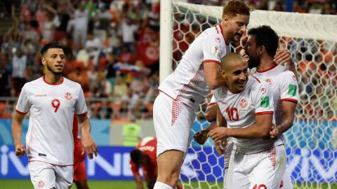 Tunisia's forward Wahbi Khazri (2ndR) is congratulated by teammates after scoring a goal during the Russia 2018 World Cup Group G football match between Panama and Tunisia at the Mordovia Arena in Saransk on June 28, 2018. / AFP PHOTO / JUAN BARRETO / RESTRICTED TO EDITORIAL USE - NO MOBILE PUSH ALERTS/DOWNLOADS