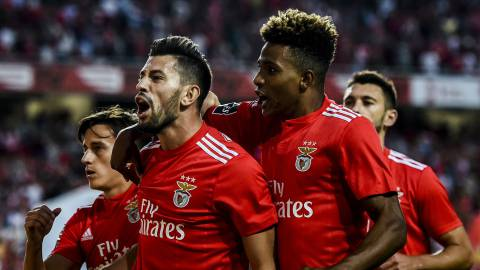 Benfica's midfielder Pizzi Fernandes (2L) celebrates a goal with teammates during the Portuguese league football match between SL Benfica and Vitoria Guimaraes SC at the Luz stadium in Lisbon on August 10, 2018. (Photo by PATRICIA DE MELO MOREIRA / AFP)