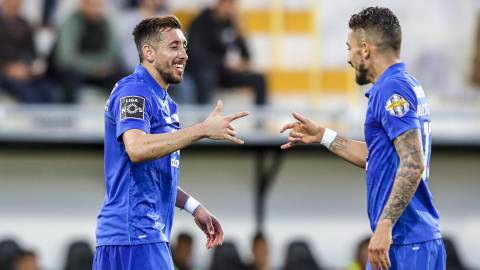 JSG. Portimao (Portugal), 13/04/2019.- FC Porto's Hector Herrera (L) celebrates with team mate Alex Telles (R) after scoring a goal during the Portuguese First League soccer match between Portimonense and FC Porto, in Portimao, Portugal, 13 April 2019. EFE/EPA/JOSE SENA GOULAO